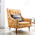 pomarańczowo musztardowy fotel do salonu