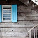 stare rolety i okiennice w drewnianym domu